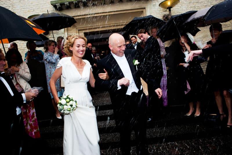 Bryllupsfotograf – risning af brudeparret