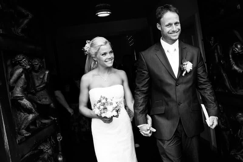 Bryllupsfotografering – Brudeparret på vej ud af kirken