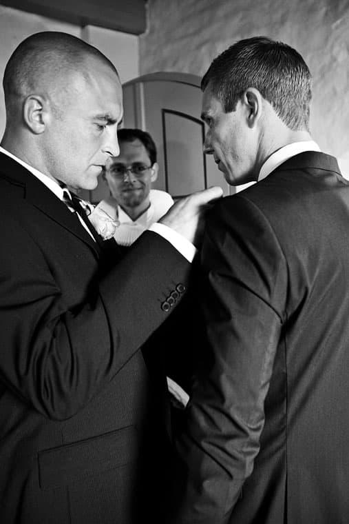Gommen forbereder sig i våbenhuset – Bryllupsfotograf