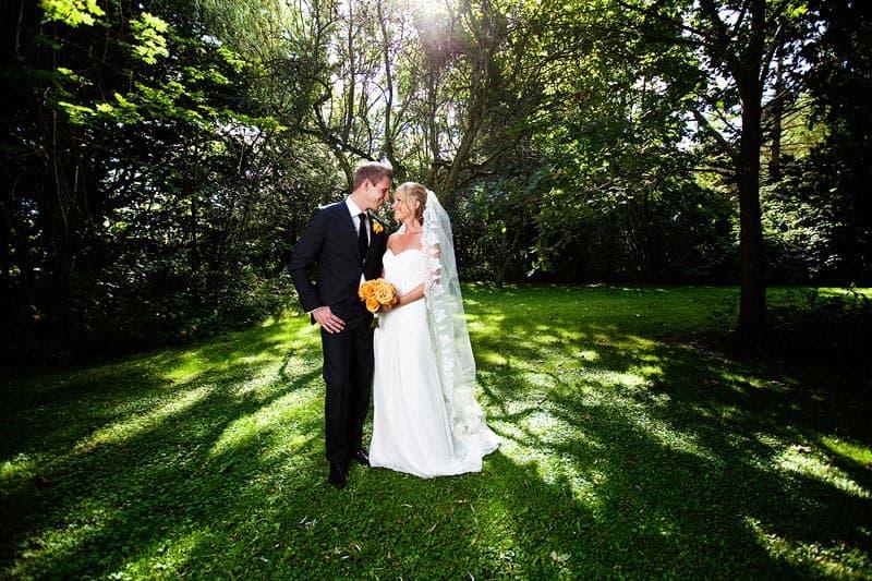 Brudeparret – med solen som modlys – Bryllup fotograf