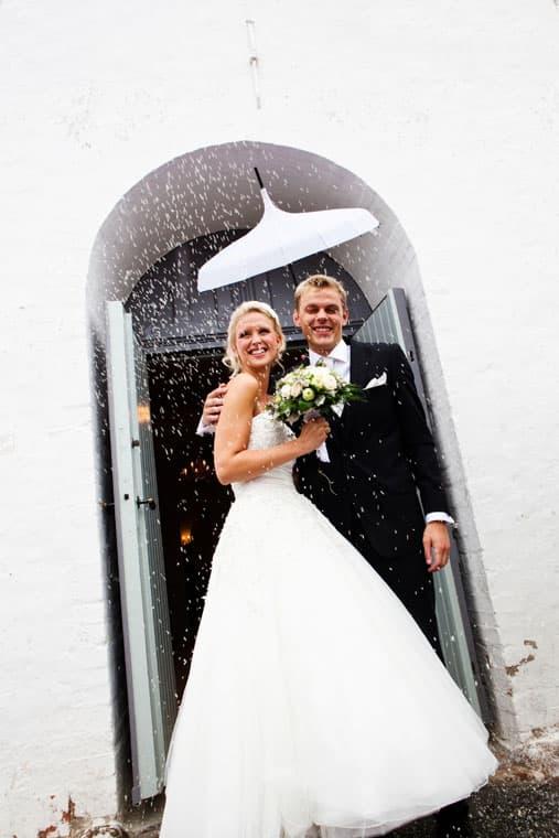 Bryllupsfotograf - brudeparret rises