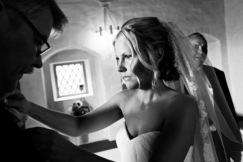 Bruden forbereder sig i våbenhuset - Bryllupsfotograf