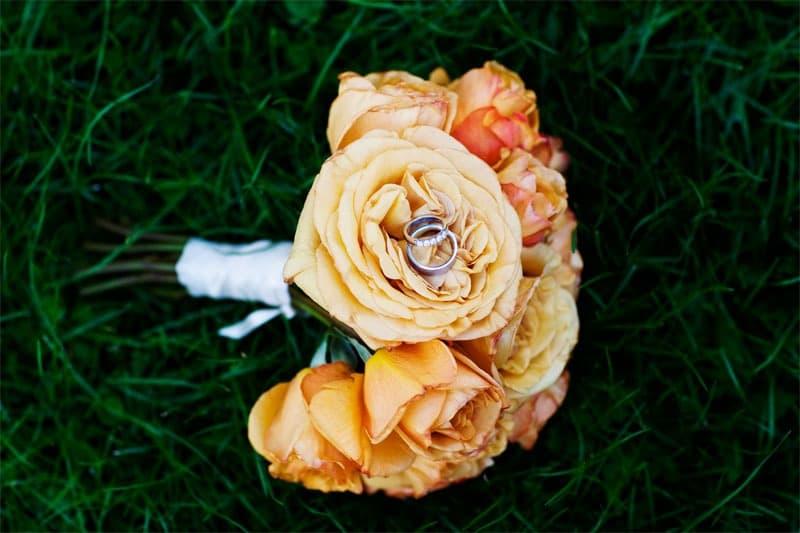 Brudebuketten med ringe – Bryllup fotograf