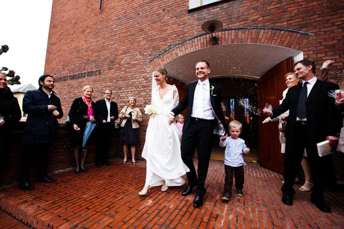 Bryllupsfotograf København – kastning af ris