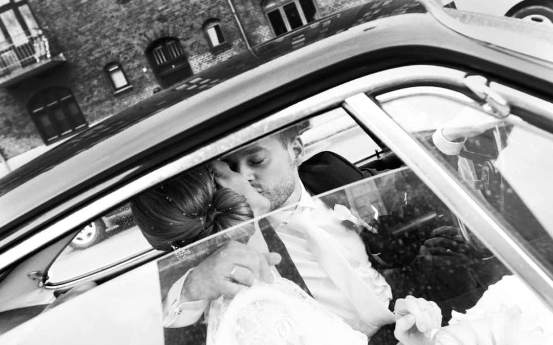 Bryllupsfotograf København – Brudeparret kører væk – del 1