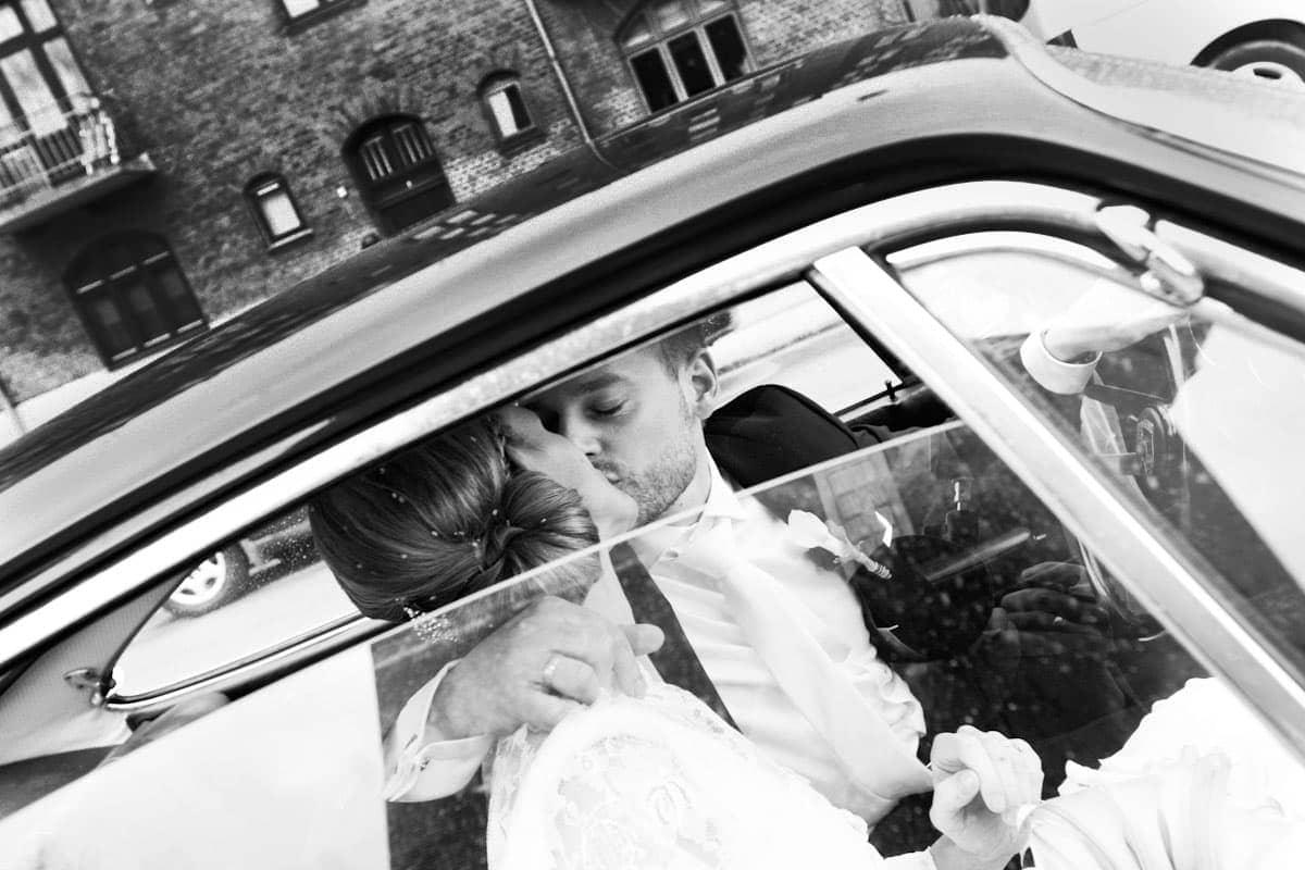 Bryllupsfotograf København - Brudeparret kører væk