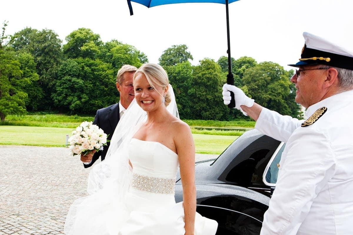 Bruden ankommer – Bryllup Hørsholm Kirke