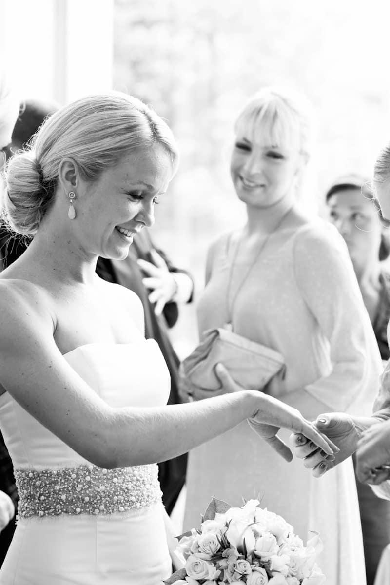Ringen vises frem - Bryllupsfotograf