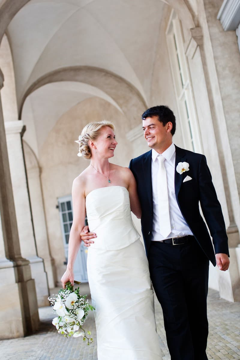 Bruden og gommen går sammen - Fotograf ved Christiansborg Ridebane