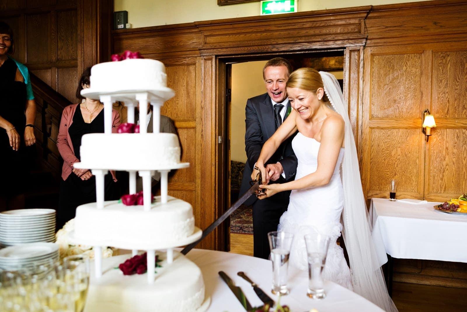 Udskæring af bryllupskagen