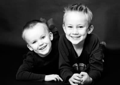Sort/hvid portræt af søskende