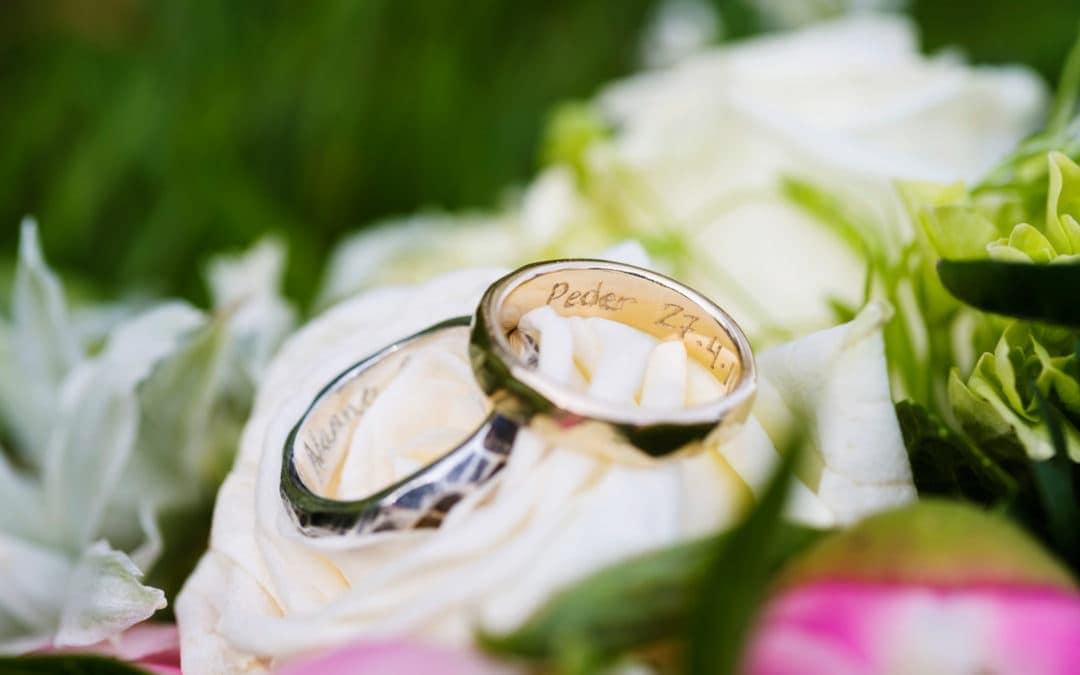 Billeder af ringe og brudebuket