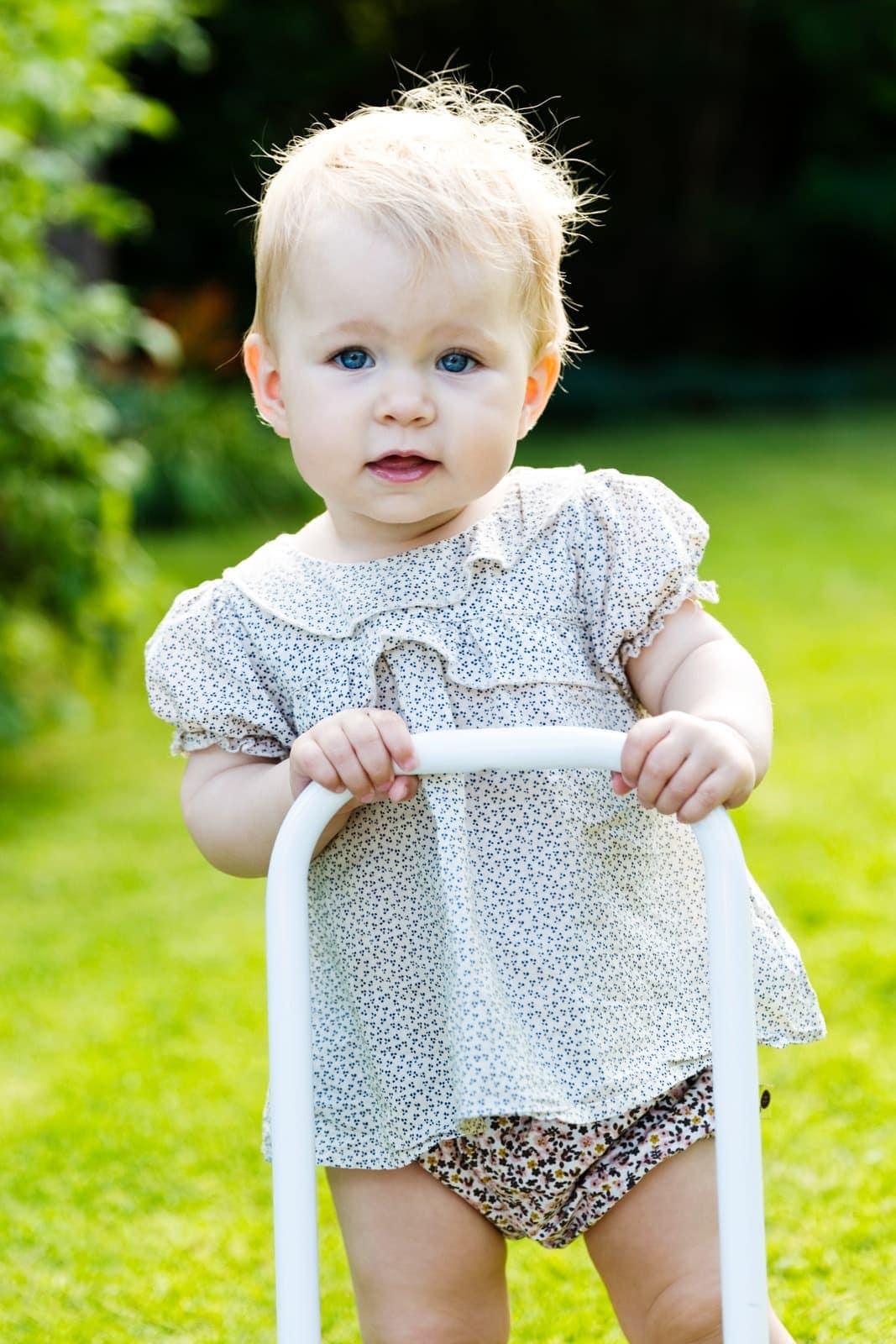 1-årig pige med gå-vogn