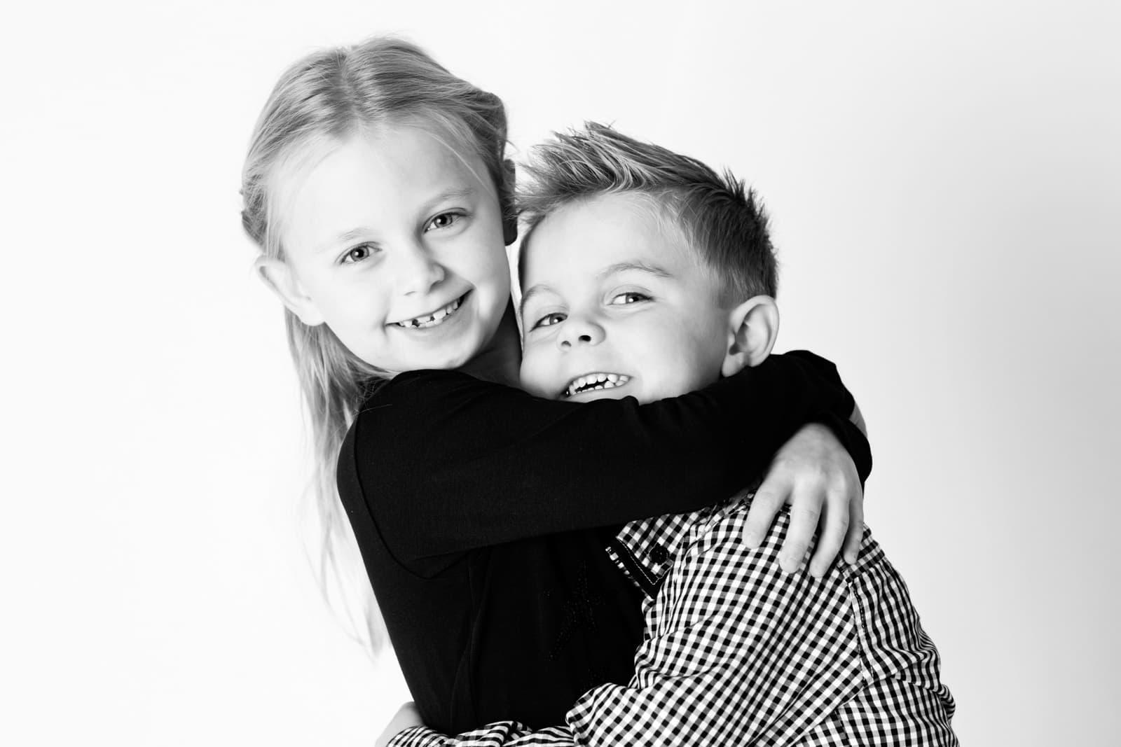 Søskende krammer