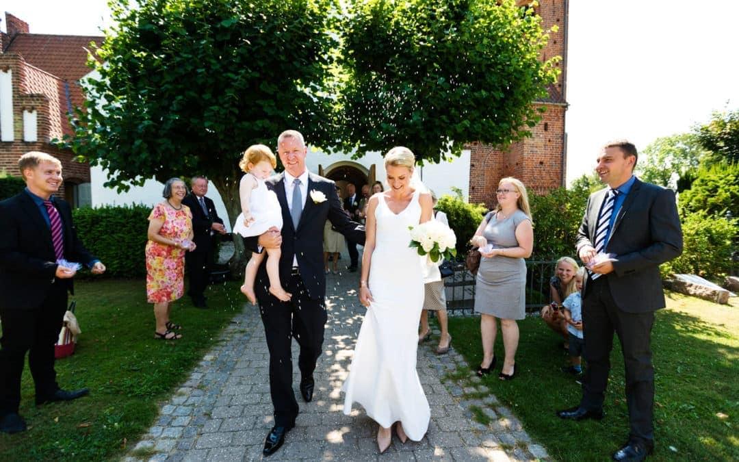 Brudeparret rises foran Søllerød Kirke