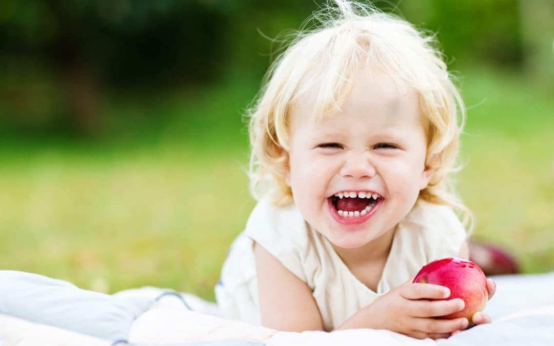 Fotograf i haven, pige med æble