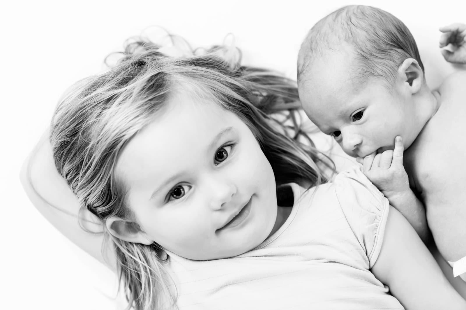 Nyfødt og storesøster