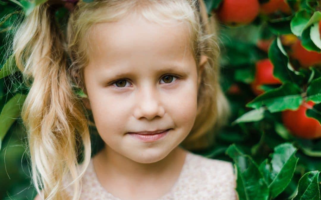 Portræt af børn i haven