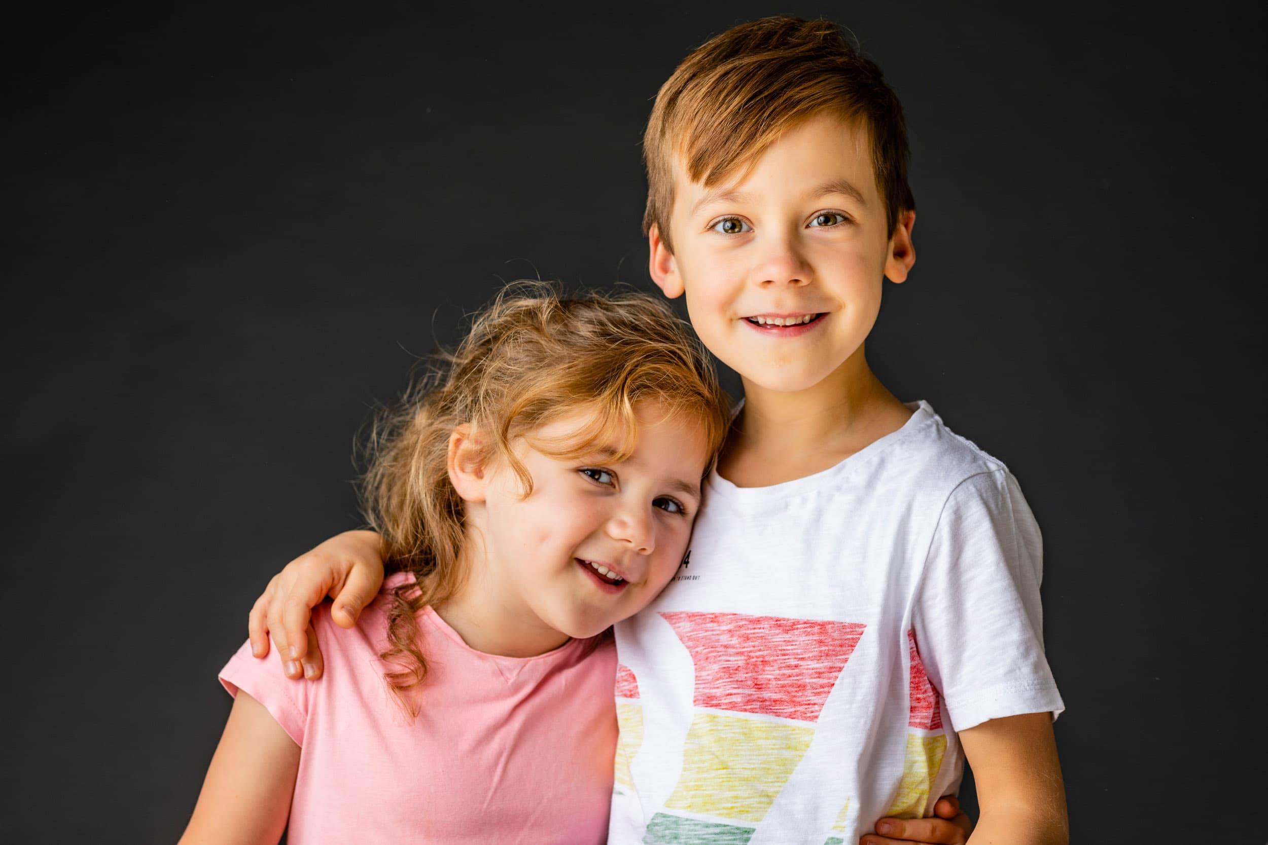 Bror og søster hos fotograf