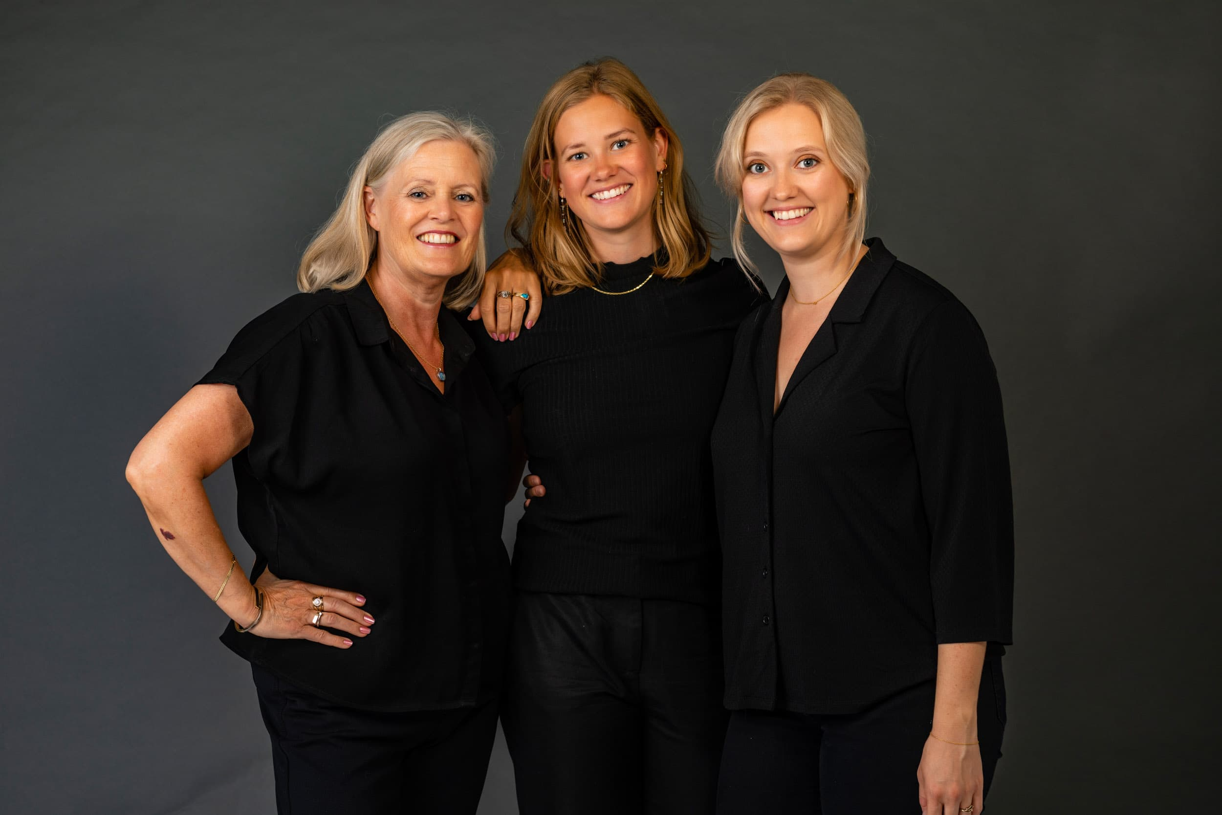 Kvinder, familiebillede i studie