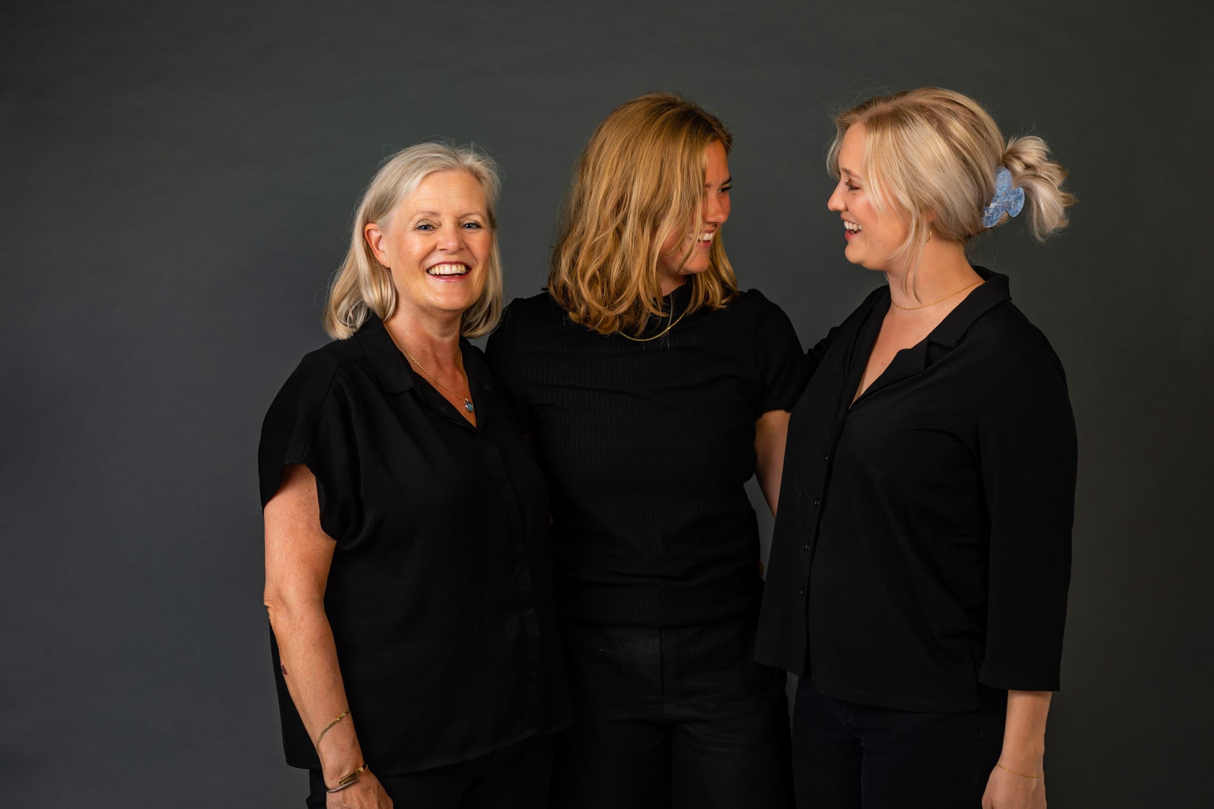 Kvinder, familiebillede hos fotograf