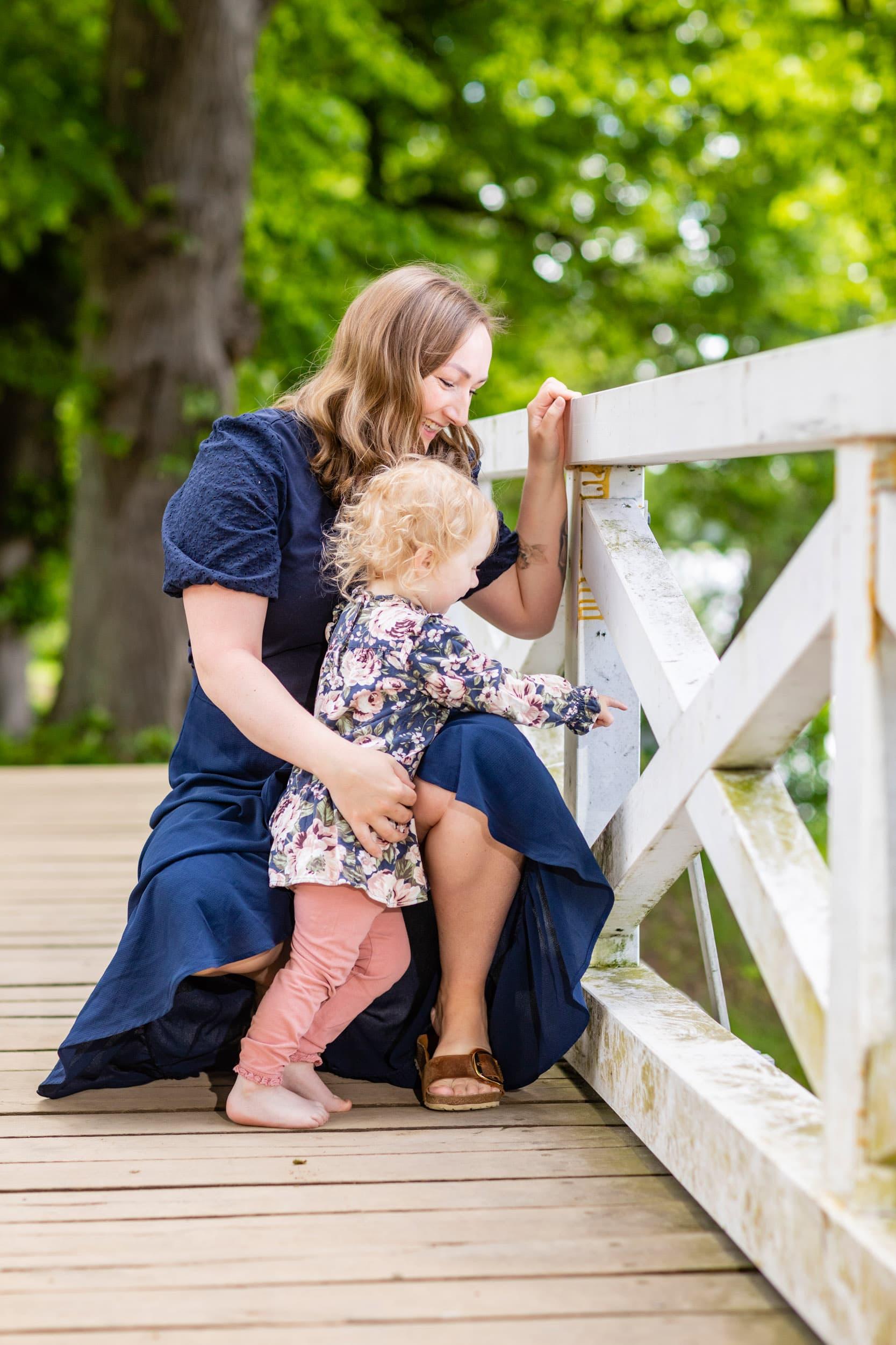 Mor og barn i naturen